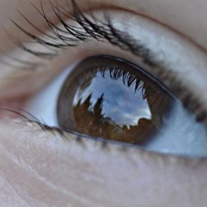 Mensch hat unvollkommene visuelle Wahrnehmung