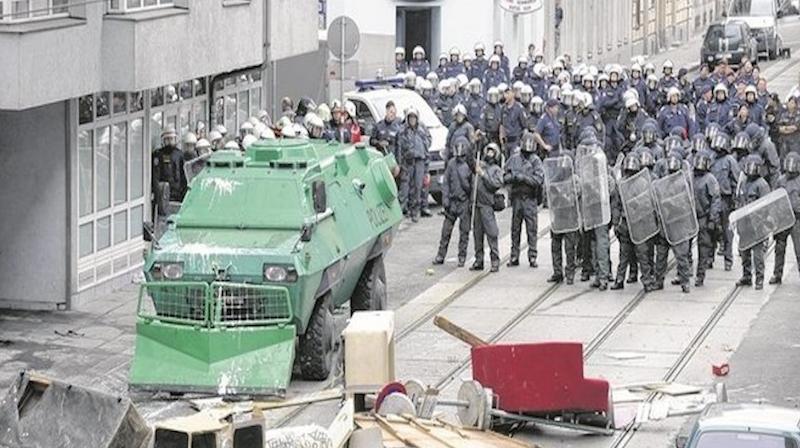 27 1.700 Polizisten bei Räumung in Wien