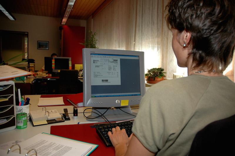 53343 original R K by Paul Georg Meister pixelio.de  Der Rücken dankt's – Über die Suche nach dem passenden Bürostuhl