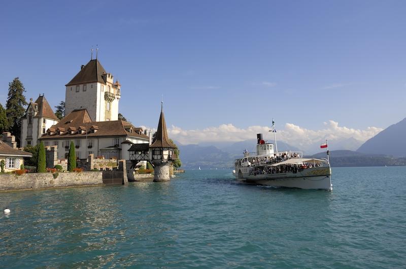 Schloss Oberhofen mit Bluemlisalp 1 2 Interlaken Ausgangspunkt für Aussergewöhnliches