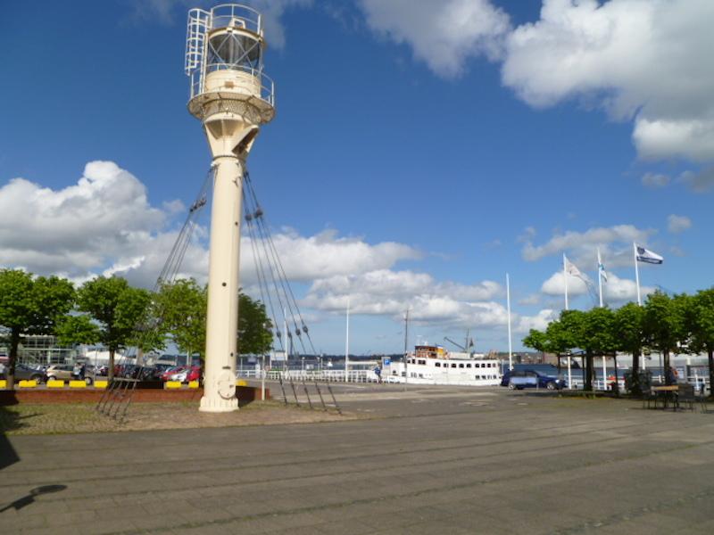 P1050040 Stadt Kiel – maritime Balance am Meer