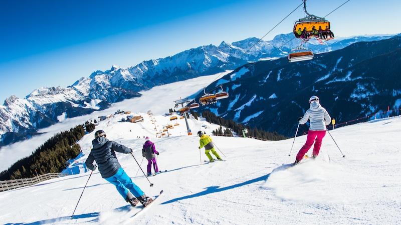 Familie im Skicircus Saalbach Hinterglemm Leogang Fieberbrunn Das lässige Skigebiet in den Kitzbüheler Alpen