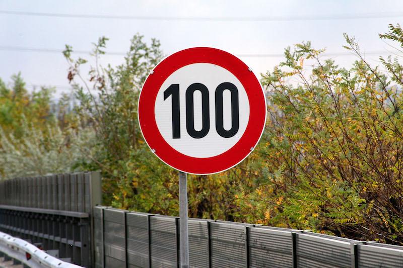 OEAMTC Bild Tempolimit Wie schnell darf man in den Nachbarländer fahren