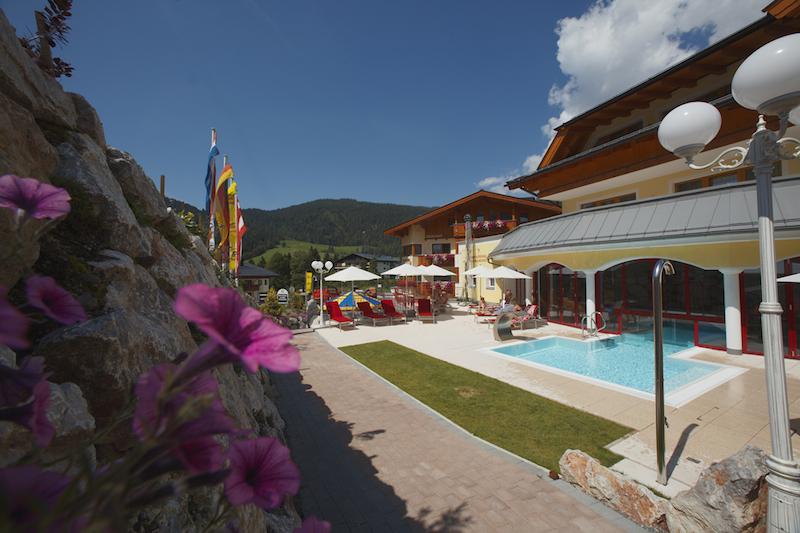 Urslauerhof Aussanansicht Pool1 Aktiv sein, entspannen und genießen in Maria Alm