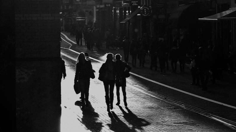 581473 original R by volkerfoto pixelio.de  Zwei Drittel der Fußgänger dunkel gekleidet