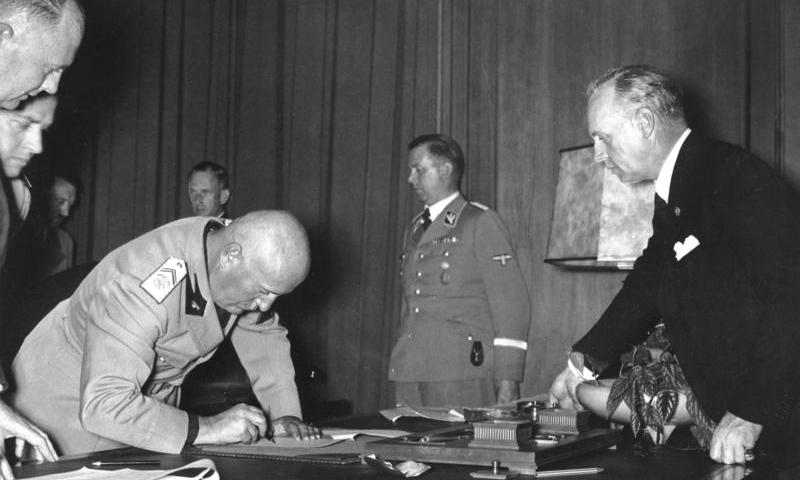 Foto©Bundesarchiv: Mussolini bei der Unterzeichnung des Abkommens