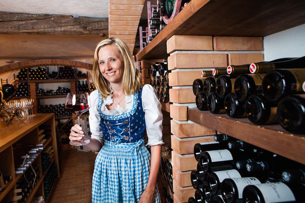 Sommeliére Sarah Falch sorgt im Hotel YSCLA für die perfekte Weinbegleitung. Copyright: Foto: ProMedia/Jochum