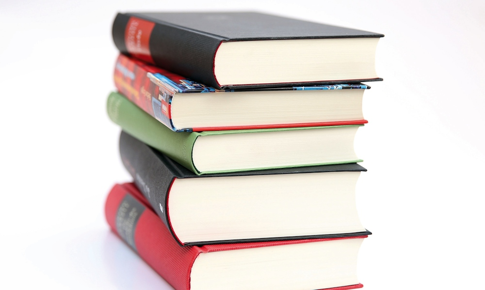 Stöbern in neuen Büchern. Foto: Medima/akz-o
