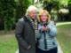 Kontaktfreudig: mit dem Smartphone bleiben Senioren am Puls der Zeit. Foto: Katharina Schiffl/akz-o