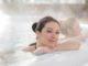 Wohltuende Entspannung im heilkräftigen Thermalwasser genießen. ©ots