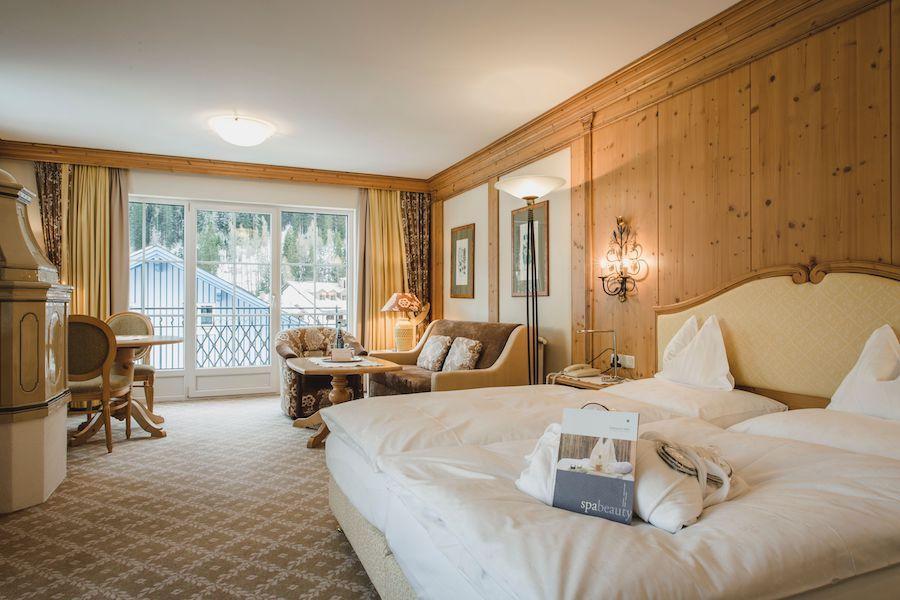 Suite mit Tiroler Kachelofen © Hotel Schwarzer Adler