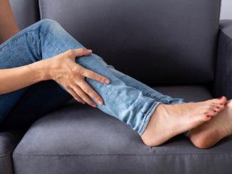 """Bei einem Wadenkrampf kann die Massage des verkrampften Muskels helfen. """"obs/Protina Pharmazeutische GmbH/Andriy Popov"""""""