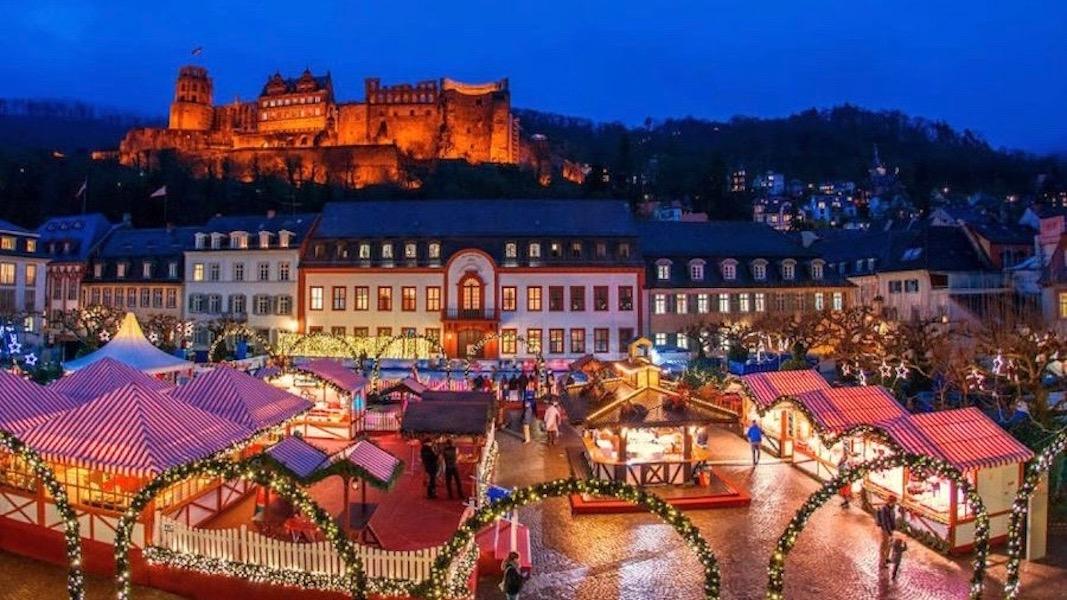 Heidelberg: Weihnachtsmarkt am Karlsplatz mit Schlossblick ©Heidelberg Marketing GmbH