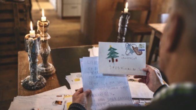 Der ehemalige Postangestellte Willy Würzer beim Lesen der Kinder Briefe an das Christkind; Copyright by Switzerland Tourism